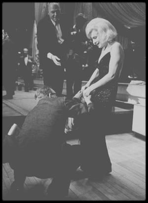 """13 Mars 1961 / (Part II) Marilyn participe à un gala de charité à la """"Roseland Dance City"""" de New York, organisé par Lee et Paula STRASBERG dont les bénéfices seront reversés à la fameuse école de STRASBERG, l""""Actors Studio"""" ; lors de la soirée, Marilyn met aux enchères le vison avec lequel elle est arrivée."""