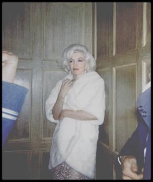 """19 Mai 1962 / Arrivée de Marilyn au gala d'anniversaire du Président John FITZGERALD KENNEDY organisé au """"Madison Square Garden"""" ; Certains biographes s'entendent sur le fait que Marilyn et John KENNEDY passèrent ensemble un week-end en mars 1962. Pourtant certains, dont Evelyn MORIARTY amie et doublure de Marilyn, ont affirmé n'avoir jamais eu la preuve que Marilyn rencontrait l'un ou l'autre des frères KENNEDY. Selon Fred Lawrence GUILES, la liaison entre eux dura tout au long de 1961 et 1962, surtout pendant ses voyages à New York. Mais cette version est contestée. Donald SPOTO écrivit : « Aucun biographe sérieux ne peut affirmer l'existence d'une liaison entre Marilyn et les KENNEDY. Tout ce que l'on peut dire de façon sûre est que l'actrice et le président se rencontrèrent à quatre reprises, entre octobre 1961 et août 1962, et qu'au cours de l'une de ces rencontres, ils téléphonèrent à une relation amicale de Marilyn  depuis une chambre à coucher. Peu de temps après, Marilyn  fit la confidence de cette relation sexuelle à ses proches, en insistant sur le fait que leur liaison s'arrêtait là ».  La première de ces occasions rapportées par SPOTO fut en octobre 1961, chez Peter LAWFORD, où Marilyn était invitée en compagnie d'autres femmes célèbres pour un dîner que Patricia LAWFORD donnait en l'honneur de son frère, le président KENNEDY. La deuxième rencontre eut lieu début 1962 à une soirée donnée en l'honneur de John KENNEDY, à New York. La troisième eut lieu le 24 mars 1962, dans la maison de Bing CROSBY, à Palm Springs :Ils auraient partagé une chambre d'où Marilyn aurait appelé Ralph ROBERTS. Au cours de ce week-end, elle accepta d'assister au gala des démocrates prévu pour mai 1962, au """"Madison Square Garden"""" et promit de participer à la célébration de l'anniversaire de John KENNEDY."""