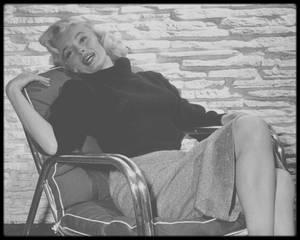 "1952 / Marilyn et le photographe Mischa PELZ sous l'objectif du photographe Frank POWOLNY. Marilyn tourne alors ""Gentlemen prefer blondes""."