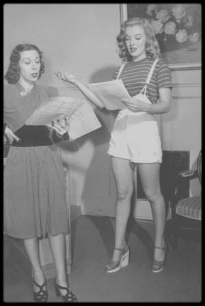 1947 / La jeune Marilyn suivant les cours d'Helena SORELL, son professeur d'Art Dramatique du moment (qui sera remplacée par Natasha LYTESS), sous l'oeil attentif du photographe Dave CICERO.