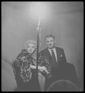 """1954 / Marilyn lors du tournage du film """"The seven year itch"""", dans une tenue que l'on ne voit pas dans le film ; en effet, Marilyn devait faire un sketch où elle parodiait l'actrice Mäe WEST, mais aux dires du réalisateur Billy WILDER, elle fut si peu crédible lors des répétitions, que la scène ne fut pas retenue au montage. Heureusement, les photos sont restées."""