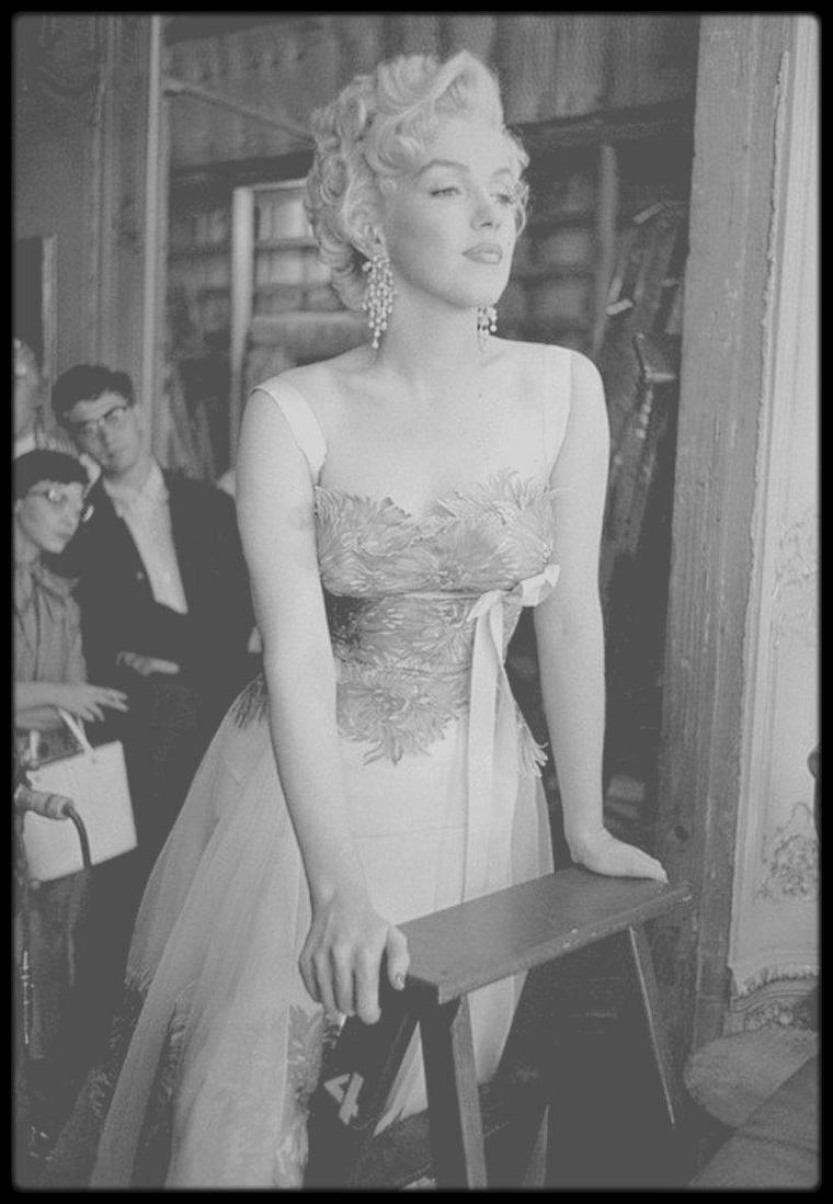 """1954 / Marilyn tourne """"There's no business like show business"""" ; sur le plateau d'à côté, se tourne le film d'Henry KOSTER """"Désirée"""" avec Jean SIMMONS, Merle OBERON et surtout son ami Marlon BRANDO, lequel elle vient saluer ainsi que toute l'équipe du film. (Photos Dennis STOCK)."""