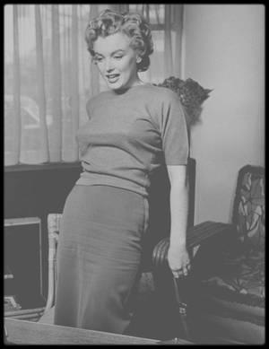 """1952 / Marilyn, jouant de sa séduction auprès du journaliste, donne une interview pour """"Life"""" magazine sous l'objectif du photographe Philippe HALSMAN."""
