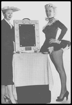 """Juin 1954 / C'est lors du tournage du film """"There's no business like show business"""", que Marilyn se voit remettre des mains de la journaliste Hedda HOPPER, le prix """"New Faces Award"""" de l'année 1952 après avoir été élue numéro un par le magazine """"The Detroit Free Press""""."""