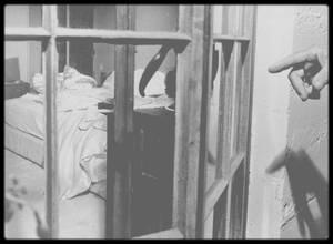 4 Août 1962 / LE DRAME / Entre 20h00 et 20h30, Peter LAWFORD rappela Marilyn. Il trouva qu'elle avait une voix pâteuse, devenant de moins en moins audible. Rapidement il n'entendit plus rien, comme si elle avait posé le téléphone ou l'avait laissé tomber. Il essaya de la rappeler mais le téléphone sonnait occupé. Il demanda à une opératrice de couper la communication mais on lui répondit que le téléphone était décroché. S'inquiétant de son état, il appela son avocat, Milton EBBINS vers 20h15 . Celui-ci appela l'avocat de Marilyn, Milton RUDIN et tomba sur son service de messagerie. Il apprit que RUDIN assistait à une soirée chez Mildred ALLENBERG, veuve de l'agent de SINATRA ; EBBINS réussit à le joindre là bas. A 20h30  une voix féminine visiblement groggy appela le service de messagerie de Ralph ROBERTS, qui était sorti. Il est probable que c'était Marilyn qui essayait de le joindre. Vers  20h30 Milton RUDIN appela à Brentwood et eut Eunice MURRAY en ligne. Il lui demanda d'aller voir si Marilyn allait bien ; celle-ci se rendit jusqu'à la porte de la chambre de Marilyn, tendit l'oreille, et n'entendant rien d'anormal revint dire à RUDIN au téléphone que tout allait bien. Entre 20h45 -21h00 Milton RUDIN rappela Milton EBBINS, qui à son tour rappela Peter LAWFORD et le rassura sur l'état de Marilyn. Alors que RUDIN retournait à son cocktail et LAWFORD avec ses invités, Eunice MURRAY se demanda pourquoi diable l'avocat de Marilyn avait appelé pour s'enquérir de l'état de celle ci. Officiellement Mrs MURRAY déclara s'être rendue vers la chambre de Marilyn vers minuit, puis elle a décalé son discours de 3 heures. Mais le décès de Marilyn étant situé au plus tard à 22h00, Mrs MURRAY a dû aller vérifier si Marilyn allait bien après l'appel de RUDIN. Il est plutôt probable qu'elle ait ouvert la porte de la chambre de Marilyn alors qu'elle était encore en ligne avec RUDIN. Elle se rendit donc de nouveau à la porte de la chambre, appela doucement Marilyn, et n'obtient  pas 