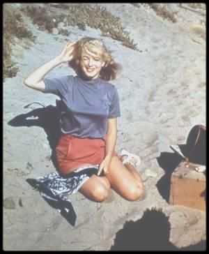 1948 / Sous l'objectif de Bill BURNSIDE, Marilyn pose du côté de Malibu.