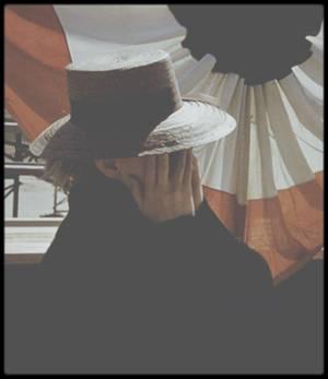 """1956 / Scènes de répétitions pour les acteurs du film """"Bus stop"""" sous l'objectif de Milton GREENE / AUTOUR DU FILM / """"Arrêt d'autobus"""" n'est autre que l'adaptation cinématographique de la pièce de théâtre éponyme créée par William INGE. Elle fut jouée pour la première fois sur les planches du """"Music Box Theather"""" à New York, le 2 mars 1955, et rejouée 477 fois de plus par la suite !  /  Fess PARKER a du refuser le rôle de Bo /  Le personnage de Bo DECKER, campé par Don MURRAY dans le film, a été proposé en premier lieu au comédien Fess PARKER. Ce dernier étant sous contrat avec la société """"Walt Disney"""" à la même période, il ne put rompre son engagement et fut contraint à refuser l'offre.  /  Le choix des costumes /  L'équipe de production """"d'Arrêt d'autobus"""" avait présenté à Marilyn et au cinéaste Joshua LOGAN les croquis des costumes prévus pour le rôle de la Belle. Considérant que les costumes choisis étaient beaucoup trop luxueux, l'actrice et son réalisateur se débrouillèrent donc pour trouver des vêtements limés et de mauvais goût, à l'image du personnage de Chérie, la petite danseuse de cabaret débrouillarde. / Les leçons de """"l'Actors Studio"""" /  """"Arrêt d'autobus"""" est le premier film que tourna Marilyn après un intermède à New York où elle suivit les cours de """"l'Actors Studio"""". L'icône était vraiment décidée à être considérée comme une comédienne et non plus seulement comme une star.  /  Hope LANGE, une rivale potentielle pour Marilyn /  La couleur des cheveux de l'actrice Hope LANGE déplut à Marilyn, qui la trouvait beaucoup trop claire à son goût. Pour répondre à sa demande, les cheveux de sa partenaire furent donc teintés pour toute la durée du tournage. /  Hope LANGE et Don MURRAY /  """"Arrêt d'autobus"""" est le premier film de Hope LANGE ainsi que de Don MURRAY.  Hope LANGE, qui joue Elma, la jeune femme qui aide Chérie lors de leur retour en bus dans le Montana, et Don MURRAY, qui joue le fougueux Bo, se sont mariés en 1956, soit à l'époque du film, et ont di"""