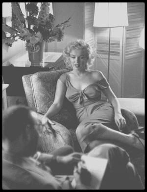 """1er Septembre 1952 / C'est à Atlantic City lors de la promotion du film """"Monkey business"""", que Marilyn donne une interview avec le journaliste Sid ROSS au """"Claridge Hotel"""" sous l'objectif du photographe Ben ROSS, frère du journaliste."""