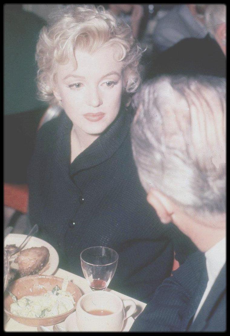 """1956 / Marilyn, Arthur O'CONNELL et Joshua LOGAN lors d'un dîner au restaurant """"The Ram"""" pendant le tournage du film """"Bus stop"""", à Sun Valley, en Idaho. (Photos signées Bob BEERMAN)."""