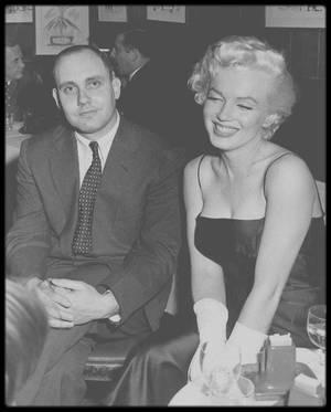 """26 Février 1955 / Après avoir fêté l'anniversaire de Jackie GLEASON au """"Toot's Shor Restaurant"""", où nombre de célébrités étaient conviées, telles Milton BERLE, Robert Q LEWIS, Roy BLOCH, Don AMECHE, Leonard LYONS, Marilyn et Joe DiMAGGIO accompagnés de Milton GREENE se rendent au """"Club 21"""" terminer la soirée, où une fête est donnée en l'honneur de John HUSTON ; David SEYMOUR et le journaliste EVERSON, entre autres, font partie des convives."""