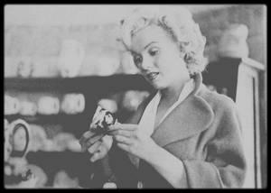 """1952 / Marilyn lors du tournage du film """"Niagara"""" ; Dans « Niagara », Marilyn exécuta ce qui fut considéré à l'époque comme la scène de marche à pied la plus longue du cinéma. Sur 35 mètres, « la fille à la démarche horizontale », comme elle fut dès lors surnommée, s'éloignait de la caméra en se déhanchant dans un ensemble rouge et noir très ajusté."""