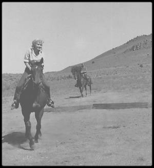 """1960 / Marilyn à cheval lors du tournage du film """"The misfits"""". En effet, Marilyn paraîtra un bref instant à cheval accompagné de Clark GABLE dans une scène du film."""