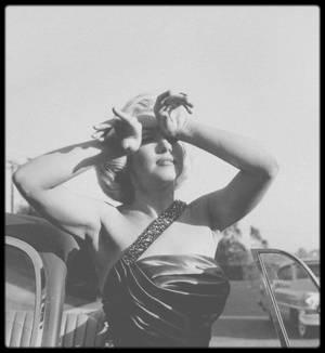 """1953 / Marilyn en plein tournage du film """"How to marry a millionaire"""", est conviée par le photographe Frank WORTH à promouvoir le tout dernier roadster de chez MG, la nouvelle SINGER 1500 dans le parc des studios de la FOX ; se joindra à la session Sammy DAVIS Jr en tournage également dans les studios."""