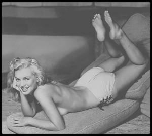 """1946-49 / Marilyn """"croquée"""" par l'illustrateur Earl MORAN ; Date de naissance : 8 décembre 1893, à Belle Plaine, Iowa. / Date de décès : 17 janvier 1984, à Santa Monica, Californie. Il étudia le dessin au """"Chicago Art Institute"""" et à """"l'Art Students' League"""" à New York, fin des années 20, début des années 30. Il devint célèbre avec ses dessins de pin-ups et d'artistes glamour (avec VARGAS et PETTY, d'autres illustrateurs). Il prenait souvent des photos de ses modèles, qui servaient ensuite de base à ses illustrations, qui furent reproduites sur des calendriers et dans des magazines de jeunes filles comme """"Flirt"""", """"Wink""""  et """"Giggles"""". Marilyn posa beaucoup pour lui au début de sa carrière de modèle. Elle avait besoin d'argent, et celui-ci était l'un des plus grands dessinateurs de jolies filles aux USA. Entre 1946 et 1949, il la paya 10 $ par heure pour la prendre en photo, souvent peu vêtue. Ces clichés lui servaient ensuite pour réaliser des dessins au fusain et à la craie, dont certains furent utilisés entre autres pour le fameux calendrier de la société """"Brown et Bigelow"""". Marilyn commença à émettre l'idée de vouloir être actrice. Elle en parla avec Emmeline SNIVELY. Les différents photographes avec qui elle a travaillé, l'avaient eux aussi encouragé, pensant qu'elle avait le tempérament nécessaire pour prétendre au titre de starlette dans les « viviers » des studios. Chaque année des centaines de filles faisaient des bouts d'essai et signaient pour des petits rôles ; on en préparait une poignée à des rôles parlants et quelques rares élues parvenaient finalement au statut d'actrice. Parmi ces postulantes, très peu devenaient stars. Les studios savaient les goûts changeants du public et le succès éphémère. Les producteurs voulaient avoir sous la main un vivier de talents dans lequel puiser les stars de demain. Une jeune femme célibataire avait  bien plus de chances de réussir. Une grossesse pouvait coûter très cher s'il fallait interrompre un tournage ou refaire """