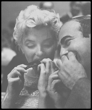 """7 Septembre 1955 / Marilyn et Milton GREENE sont conviés à la fête d'anniversaire d'Elia KAZAN, organisée par l'""""Actors Studio"""". (Photos Roy SCHATT et James HASPIEL). Pour l'occasion, Marilyn est vêtue de la robe de coton qu'elle portait la même année lors de sa visite à Bement pour l'inauguration d'un musée Abraham LINCOLN."""