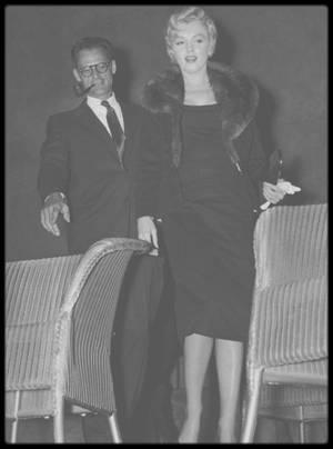 """9 Septembre 1956 / Marilyn et Arthur assistent à la pièce de théâtre (pièce de MILLER) """"A view from the bridge"""" (""""Vu du pont"""") au """"Watergate Theatre Club"""". Quoique fussent les doutes de Marilyn sur son mariage, elle défendit publiquement Arthur lorsque Lord CHAMBERLAIN voulut faire interdire « A View from the Bridge » pour son allusion à l'homosexualité. Scandalisée par la censure, Marilyn fut une des premières à rejoindre le """"Watergate Theater Club"""", une association qui protestait contre toute forme d'ingérence dans les arts."""