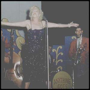 Février 1954 / Marilyn lors de son tour de chants en Corée afin de remonter le moral des troupes...