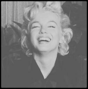 """27 Février 1956 / (Part V) De retour à Hollywood après plus d'un an d'absence, une foule immense ainsi que des journalistes l'attendent pour l'interviewer sur son prochain film """"Bus stop"""" qui se tournera en Idaho réalisé par Joshua LOGAN et les """"Marilyn MONROE Productions"""" ; Milton GREENE l'accompagne, une conférence de presse est improvisée au sein même d'un salon de l'aéroport."""