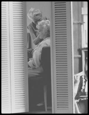 """1958-62 / FIDELE JUSQU'A LA MORT / Agnes FLANAGAN / Date de naissance : 23 décembre 1902, Minville, New Jersey. / Date de décès : 25 avril 1985, Woodland Hills, Californie. /  Exercice : coiffeuse à la Fox et coiffeuse personnelle de Marilyn pendant plus de dix ans. /  Adresse : 11972 Sunshine Terrace, Studio City, Californie. / Histoire : Elle rencontra Marilyn en 1950 sur le tournage de la Fox « The Fireball ».  Elle travailla avec Marilyn sur « Some Like it Hot » (1959), « Let's Make Love » (1960), «The Misfits » (1961) et « Something's Got to Give » (1962). Elle coiffait Marilyn chez elle, pour les sorties, les séances photo et les rendez-vous d'affaires, et devint une amie de Marilyn, faisant partie du groupe de gens sur lesquels Marilyn savait pouvoir compter. Marilyn lui rendait souvent visite et jouait le rôle de tante pour les deux enfants des FLANAGAN. Il suffisait qu'elle admire un vêtement de Marilyn pour que celle-ci lui en fasse aussitôt cadeau. Ces largesses se poursuivirent jusqu'en 1962, année où Marilyn fit livrer la balançoire de jardin devant laquelle Agnes était tombée en extase quelques jours plus tôt. Elle coiffa Marilyn pour son enterrement(avec une perruque qui ressemblait à la coiffure que Marilyn avait dans le film """"Something's got to give"""", puisqu'on ouvrit la boîte crânienne de Marilyn lors de l'autopsie), auquel elle assista."""