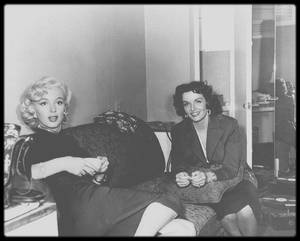 """1953 / Marilyn et Jane RUSSELL lors du tournage du film """"Gentlemen prefer blondes"""" / ANECDOTES AUTOUR DU FILM / """"Gentlemen Prefer Blondes"""" est la seule comédie musicale d'Howard HAWKS. Il y aborde deux sujets plutôt tabous pour l'époque : le sexe et l'argent. / Jane RUSSELL fut payée 150 000 dollars, alors que Marilyn seulement 15 000. / Jane RUSSELL étant plus grande que Marilyn, les talons des chaussures de Jane furent réduits, alors que ceux de Marilyn furent agrandis au maximum. Néanmoins la différence de taille se remarque quand même. / Un des danseurs qui accompagne Marilyn dans le numéro musical """" Diamonds are a Girl's Best Friends"""" est Georges CHAKIRIS (en haut à droite sur l'escalier). / Le réalisateur voulait doubler la voix chantée de Marilyn et avait convoqué la chanteuse Marni NIXON dans ce but. Mais les studios durent admettre, tout comme Marni NIXON, que le résultat était """"affreux"""" et Marilyn chante elle-même toutes ses chansons, mis à part quelques notes aiguës de """"Diamonds are a Girl's Best Friends"""" doublées par NIXON.  Marni NIXON aura par la suite l'occasion de prouver son talent en doublant notamment Deborah KERR dans """"Le Roi et moi"""" (1956) et """"Elle et lui"""" (1957), Natalie WOOD dans """"West Side Story"""" (1961) et Audrey HEPBURN dans """"My Fair Lady"""" (1964). / Le film """"Les hommes épousent les brunes"""" (""""Gentlemen Marry Brunettes"""") de Richard SALE sorti en 1955 et dans lequel joue Jane RUSSELL peut être considéré comme une suite."""