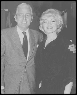 """1956-60 / Marilyn en compagnie de Buddy ADLER (notamment sur le tournage du film """"Bus stop"""", lors de la visite de Nikita KHROUCHTCHEV en 1959 ou encore lors de la conférence de presse organisée par la Fox afin de présenter le film """"Let's make love"""" à la presse, avec les acteurs du film), qui en 1956 devint chef de la production à la Fox en remplaçant Darryl ZANUCK à la tête du studio. Il y restera jusqu'à sa mort en 1960. Il commença sa carrière en écrivant des articles publicitaires pour l'entreprise de chaussures de son père. Il intégra le show-business quand la MGM l'engagea pour participer à l'écriture de scénarii. Durant cette période, dans les années 30 et 40, il écrivit les scripts de plusieurs courts-métrages. Après son service militaire dans les """"US Signal Corps"""", il retourna à Hollywood et devint producteur à la Columbia, où il supervisa plusieurs projets dont """"The Dark Past"""" (1948), """"No Sad Songs for Me"""" (1950) et """"From Here to Eternity"""" (Oscar du meilleur film en 1953). Nombre de ses films furent de gros succès commerciaux comme """"Love is a Many Splendor Thing"""" (1955), """"Anastasia"""" (1956) et """"South Pacific"""" (1958), mais il produisit aussi le mélodrame """" A Hatful of Rain"""" (1957), sans oublier """"Bus stop"""" en 1956."""