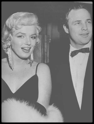 """12 Décembre 1955 / (Part III) C'est accompagnée de Marlon BRANDO que Marilyn se rend à la Première de la pièce """"The rose tattoo"""" ; Marilyn invitera Hedda ROSTEN, une de ses amies, à se joindre à elle. Une conférence de presse aura lieu après la pièce, pendant laquelle Marilyn rencontrera la plantureuse Jayne MANSFIELD."""