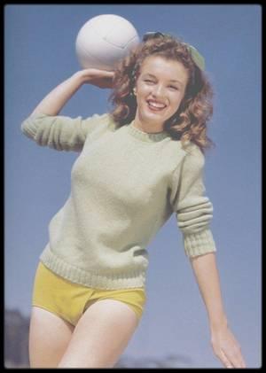 """1945 / PAROLES DE LA CHANSON """"CANDLE IN THE WIND"""" d'Elton JOHN / A l'origine cette chanson a été écrite en hommage à  Norma Jeane as Marilyn ; les paroles furent changées lors du décès de Lady Diana (Lady DI) . (Photos Andre DE DIENES)."""