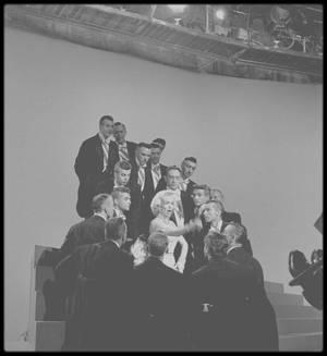 """1953 / PAROLES DE LA CHANSON """"DIAMONDS ARE A GIRL'S BEST FRIEND"""" / Marilyn en pleine répétition d'un de ses numéros musical les plus connus dans le film """"Gentlemen prefer blondes"""" où elle chante la fameuse chanson """"Diamonds are a girl's best friend"""". (Photos Edward CLARK)."""