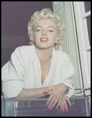 """1954 / Lors du tournage du film """"The seven year itch"""". / FRAGMENTS by Marilyn... Je me vois dans la glace à présent, le sourcil en bataille - si je me mets très près je verrai ce que je ne veux pas y voir - la tension, la tristesse, la déception, mes yeux ternes, les joues rougies pas des petits vaisseaux qui paraissent comme des rivières sur une carte - les cheveux qui tombent comme des serpents. C'est la bouche qui me rend le plus triste, près de mes yeux presque morts. Il y a une ligne sombre entre les lèvres comme les contours de nombreuses vagues soulevées par un violent orage - qui dit ne m'embrasse pas, ne me ridiculise pas, je suis une danseuse qui ne sait pas danser."""