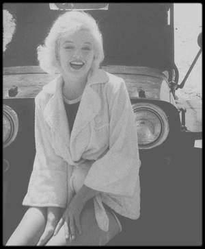 """1958 / Sur le tournage du film """"Some like it hot"""". / INFO ? ou INTOX ? / """"Certains l'aiment chaud et Marilyn"""" par Tony CURTIS... """"- Vous avez vu cette fille ? - Ouais, ai-je répondu. Je l'ai vue. Comment aurait-on pu ne pas la remarquer ? Elle était à tomber, avec un chemisier translucide qui laissait entrevoir son soutien-gorge. Tandis qu'elle longeait l'immeuble des scénaristes, des têtes se sont penchées aux fenêtres, dans des positions insensées. Sa beauté donnait l'impression qu'elle était intouchable, mais son sourire laissait entendre le contraire. Nous semblions du même âge, même si j'ai découvert plus tard qu'elle avait une année de moins. Nous étions presque nés le même jour - moi le 3 juin, elle le 1er """" Lorsque Tony CURTIS croise Marilyn pour la première fois, il a 25 ans. Elle 24. Ce sont deux gosses habités par le même espoir: devenir des stars de cinéma. Huit ans après, réunis par Billy WILDER au sommet de son art, leur rêve s'est réalisé au-delà de leur espérance. Et ils sont sur le point de tourner dans une des comédies les plus populaires du monde. Dans """"Certains l'aiment chaud et Marilyn"""", Tony CURTIS dévoile les secrets de ce film magique. De la scène où, déguisé en femme, il apprend à marcher sur des talons, à l'écriture du scénario qui s'invente au fur et à mesure du tournage, de la naissance des répliques cultes aux histoires d'amour, les retards de Marilyn et les tensions, les scènes d'anthologie. Il raconte aussi pour la première fois la nature de sa relation très particulière avec la star, mélange de désir et de remords. """"Lorsque j'étais au lit avec Marilyn, elle avait toujours ce pouvoir sur les gens. Elle parvenait à me faire perdre la tête - avant, pendant et après nos ébats. Elle se comportait comme une actrice dans sa vie. Elle jouait continuellement avec tout le monde. Elle s'adaptait à l'homme qu'elle voulait avoir en imaginant ce qu'il voulait avoir. Ce que j'ai vécu avec elle est inoubliable"""". Par la suite, il livre que lorsqu'ils """