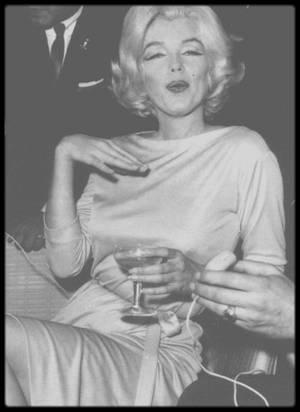 """22 Février 1962 / (Part III) Marilyn lors de son séjour au Mexique, donne une conférence de presse dans un des salons de l""""Hotel Hilton"""" ; des dizaines de photographes l'attendent, le champagne coulant à flot ; ce jour là une photo créera la polémique (dernière photo) en montrant Marilyn nue sous sa robe prouvant ses dires au monde entier lorsqu'elle répliqua lors d'une précédente interview : """"-  Je porte rarement des sous-vêtements car j'aime à me sentir libre de mes mouvements"""". La preuve en est faite ! (Marilyn lors de l'évènement porte une robe vert pomme de chez PUCCI dans laquelle, quelques mois plus tard, elle sera inhumée)."""