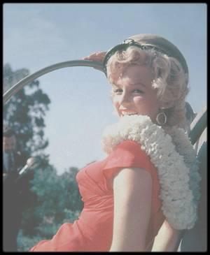 3 Août 1952 / (Part VII) Marilyn est conviée à une petite fête organisée par la Fox en son honneur, chez le jazzman Ray ANTHONY. (voir tags). Afin de promouvoir le dernier hélicoptère de tourisme du moment, on prétendra que Mariyn est arrivée par les airs ; en fait, c'est en voiture, cachée, qu'elle se présentera a la fête.