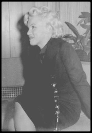 """27 Février 1956 / (PART VI) De retour à Hollywood après plus d'un an d'absence, Marilyn assaillie par les journalistes donne une conférence de presse dans un des salons de l'aéroport à propos de son nouveau film """"Bus stop""""."""