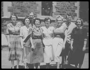 """1952 / C'est lors du tournage du film """"Niagara"""", que Marilyn se trouve conviée à visiter, dans la ville de Niagara falls, une coutellerie accompagnée du photographe Jock CARROLL ; suite à la visite de cette coutellerie, Marilyn posera avec les employés de l'usine et recevra en cadeau une superbe ménagère."""