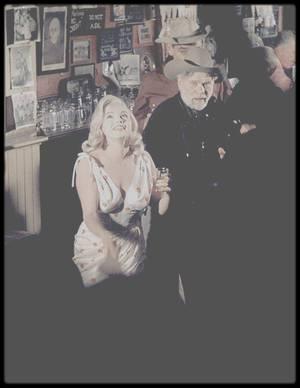 """1960 / Marilyn joue au jokari dans une des scènes du film """"The misfits""""."""