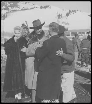 """1956 / Marilyn lors des extérieurs du film """"Bus stop"""", à Sun Valley, en Idaho."""