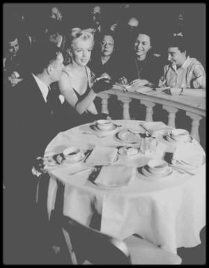 """9 Février 1956 / (PART III) A midi, se tint dans la """"Terrace room"""" du """"Plaza Hotel"""", une conférence de presse pour annoncer, avec Marilyn et Laurence OLIVIER, Terence RATTIGAN et Milton GREENE, leur production de """"The Prince and the showgirl""""."""