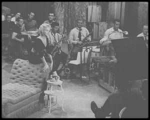 """1954 / Marilyn, accompagnée de Donald O'CONNOR et de Mitzi GAYNOR, chante la chanson """"Lazy"""" dans le film """"There's no business like show business"""" / PAROLES ET TRADUCTION DE LA CHANSON"""
