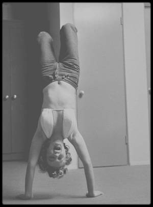 1952 / Marilyn dans son vestiaire faisant quelques exercices, sous l'objectif de Philippe HALSMAN.