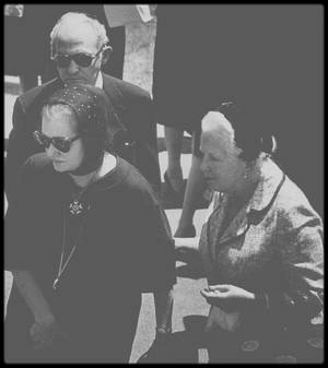 """1954-62 / MENTOR ou COATCH ? PAULA STRASBERG / Date de naissance : 1909, à New York. /  Date de décès : 26 avril 1966, à New York. / Exercice : ancienne actrice, répétitrice et conseillère en art dramatique de Marilyn. Elle possédait une immense collection d'éventails exotiques venus de tous les coins du monde. Elle fut mariée une fois avant d'épouser Lee STRASBERG : Elle fut présentée, avec sa fille Susan, à Marilyn par leur ami commun Sidney SKOLSKY, sur le tournage de « There's no business like show business », pendant l'été 1954. Marilyn connaissait déjà la réputation du mari de Paula, Lee STRASBERG. Elle avoua à Paula qu'elle avait toujours voulu travailler avec lui, en particulier après en avoir entendu des témoignages impressionnants par Marlon BRANDO. Après son déménagement à New York en 1955, Marilyn devint la star la plus célèbre associée à """"l'Actors Studio"""" et un nouveau membre de la famille STRASBERG, qui était, selon Susan, le théâtre de tensions incessantes. Lee avait l'habitude de commander, mais Paula avait un fort caractère et devait reléguer sa propre carrière et ses aspirations au second plan; plus jeune elle avait été l'une des actrices principales du """"Group Theater"""". Susan écrivit que Lee se comportait en père pour Marilyn, et que Paula la maternait et lui procurait les médicaments dont elle avait besoin pour dormir. Début 1956 Paula endossa le rôle tenu jusqu'alors par Natasha LYTESS, de répétitrice et conseillère de Marilyn sur le plateau, à partir de « Bus stop » (1956) jusqu'à son dernier film. Habituellement pour ses rôles Marilyn se préparait en décomposant le scénario scène par scène, puis en travaillant chaque geste et la prononciation de chaque réplique. Davantage que ses professeurs précédents, Paula lui fit travailler la spontanéité, au moins pendant les répétitions. Pour « Bus stop », elles travaillèrent particulièrement dur sur son généreux accent du Sud. Sur le plateau, Paula était omniprésente, avec ses énormes lunettes en écaille"""