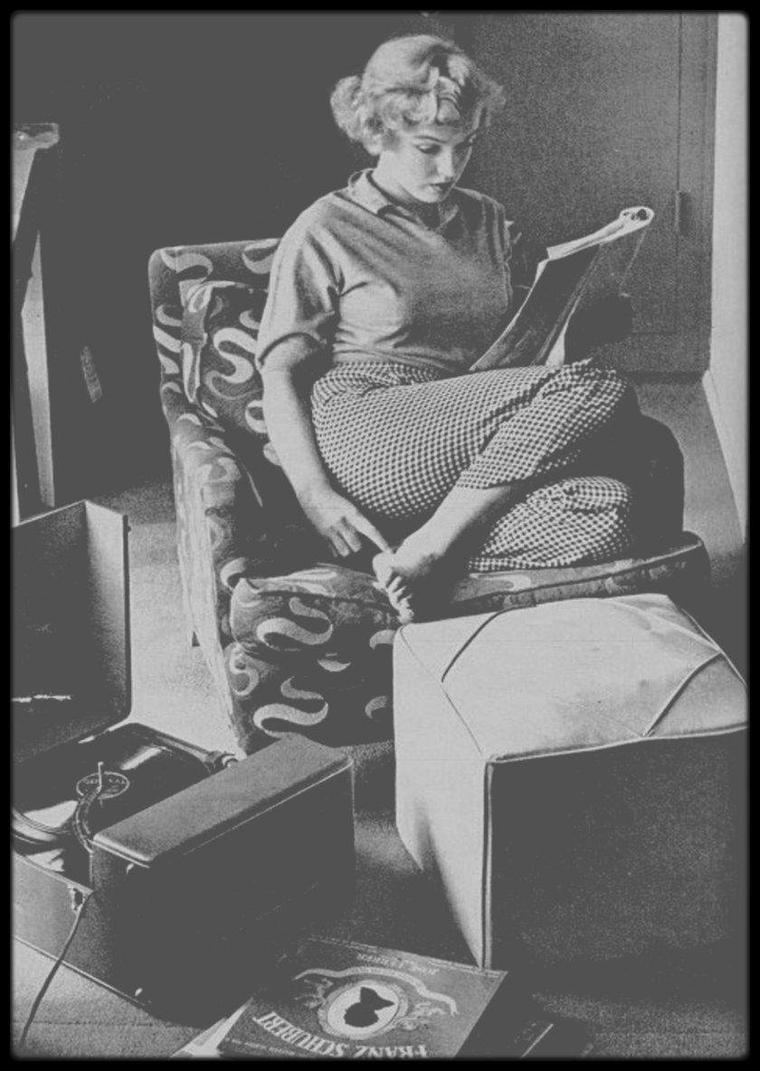 """1952 / Marilyn dans sa chambre d'Hotel du """"Beverly Carlton"""" étudiant un script tout en écoutant de la musique sous l'objectif d'Andre DE DIENES."""