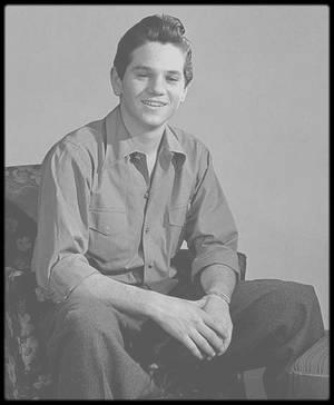 """1949-57 / MILTON GREENE : LE PHOTOGRAPHE ET SA MUSE / Date de naissance : 14 mars 1922, à Brooklyn, New York. / Date de décès : 8 août 1985, à Los Angeles. Enterré au """"Cedar Hill Cemetery"""", Hartford, Connecticut. / Il commença à faire des photos à l'âge de 14 ans. Tout en allant  à l'école à la """"High School"""" de Brooklyn (New York), il devint l'assistant des photographes Eliott ELISOFON, Louise DAHL-WOLFE et Martin BAUMAN, à Manhattan. BAUMAN était très intéressé par l'énergie et « l'oeil instinctif » de Milton, don précieux pour un photographe. BAUMAN lui proposa un partenariat. Dès l'âge de 19 ans, il eut son propre studio où il fit en indépendant des portraits de stars comme Judy GARLAND, Cary GRANT, Grace KELLY, Elizabeth TAYLOR, Sammy DAVIS Jr et Marlène DIETRICH. / Septembre 1949 : grâce à son agent Johnny HYDE, Marilyn franchit le seuil de la somptueuse résidence de Rupert ALLAN surplombant le canyon de Beverly Hills. Rupert ALLAN, rédacteur en chef du magazine """"Look"""", avait réuni ce soir là une équipe de photographes new-yorkais ainsi qu'un bataillon de starlettes, en vue d'un essai photo. C'est ce soir là que Marilyn rencontra Milton GREENE, âgé de 27 ans, qui travaillait pour le magazine """"Life"""". Il fit impression sur Marilyn ; malgré sa timidité, son enthousiasme, la flamme avec laquelle il parlait de son métier, ses idées originales subjuguèrent Marilyn. Il comparait la photo à une « peinture à la caméra », une célébration de la beauté féminine. A cette période, il logea au """"Château Marmont"""", un hôtel sur Sunset Boulevard. GREENE repartira pour New York le 14 septembre, sans avoir fait de photos de Marilyn. En 1952,  Amy FRANCO (future Amy GREENE) obtint un rendez-vous avec Milton GREENE, afin de lui présenter son book. Mais à ce rendez-vous, Milton fut en retard et Amy repartit sans l'avoir vu. Quelques mois plus tard, son agence lui fixa un nouveau rendez-vous avec Milton. Ils se rencontrèrent avant que Milton ne parte pour Paris où il couvrait les colle"""