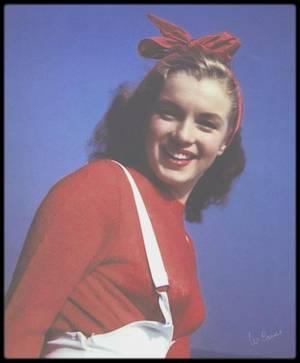"""1945 / Norma Jeane as Marilyn sous l'objectif du photographe William CARROLL, sur la plage de """"Castle Rock State Park"""" en Californie. (à ne pas confondre avec certains clichés d'Andre DE DIENES). / David CONOVER, photographe de l'armée, rencontra Norma Jeane à la Radio """"Plane Munitions Factory"""" à l'automne 1944 ; après cette rencontre, il présenta Norma Jeane à son ami William CARROLL. William travaillait dans un laboratoire d'impression et de développement de films à Los Angeles. Il paya Marilyn 20 $ pour une journée de pose sur la plage de Malibu, les photos devant servir à illustrer une brochure publicitaire pour la qualité du développement couleur des photos en laboratoire."""