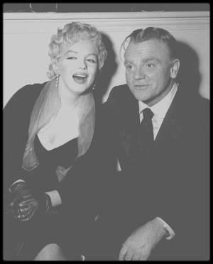 """16 Mars 1956 / Marilyn participe à une soirée organisée par le magazine """"Look"""" à Beverly Hills ; lors du """"cocktail party"""", Marilyn retrouve le photographe Earl THEISEN, fait connaissance de l'acteur James CAGNEY et échange quelques mots avec le journaliste Mike COWLES."""
