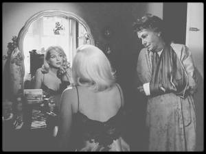 """1960 / Marilyn et Thelma RITTER dans une des scènes du film """"The misfits"""", Marilyn s'apprêtant pour aller au tribunal afin de divorcer."""