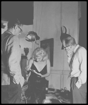 """1959 / JUMPOLOGY / Philippe HALSMAN avait comme manie de proposer aux grandes personnalités de sauter pendant qu'il les prenait en photo. Lorsqu'une partie de ces photos allaient paraître dans """"Life"""", la rédaction souhaita que le saut de Marilyn soit en couverture (elle fit la couverture le 9 Novembre 1959). Elle fut donc une fois de plus conviée au studio et officiellement, cette fois. Comme l'exprima HALSMAN, Marilyn avait exactement 3 jours de retard et 10 minutes d'avance, mais la séance fut productive. / """"Je connais peu d'actrices douées d'un si formidable talent pour communiquer avec un objectif. On dirait qu'elle essaye de séduire l'appareil comme si c'était un être humain."""" """"Marilyn fut la déesse de l'amour la plus phénoménale de l'histoire."""" / PAS SI CANDIDES / Ces photos se voulant candides, Marilyn insista de sauter (plus de 200 fois) afin de pouvoir sélectionner les meilleures, celles qui la mettrait le plus en valeur tout de même. Elle sauta d'ailleurs avec le photographe, sous le regard de MILLER, venu alors l'accompagner."""