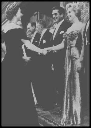 """29 Octobre 1956 / (PART II) Marilyn est présentée à la Reine d'Angleterre Elizabeth II. Cet évènement eut lieu à """"l'Empire Theatre"""" de Londres dans le cadre de la """"Royal Command Film Performance"""", une soirée de gala pour la projection d'un film à """"Buckingham Palace"""". Marilyn et d'autres personnalités (telles Joan CRAWFORD ou Anita EKBERG) furent présentées à la reine Elizabeth II à la fin de la soirée. Marilyn était accompagné de son mari Arthur MILLER (et de Milton GREENE). Lors de la présentaton nous ne le voyons plus. Marilyn est entourée de Victor MATURE et Anthony QUAYLE. MILLER a-t-il été présenté à la reine ?  Pour l'anecdote, à cette même présentation, il y avait une jeune actrice française qui commençait à faire parler d'elle : Brigitte BARDOT (voir photo). Aucune photo ne put être prises des deux stars ensembles, mais Brigitte a raconté dans un documentaire qu'elles se sont croisées dans les toilettes du théâtre ! Elle y dit qu'elle fut toute intimidé de rencontrer Marilyn, de lui avoir dit bonjour et surtout qu'elle la trouva charmante et qu'elle fut touchée par la beauté de la star américaine ! Quand vous entendez Brigitte BARDOT parler de Marilyn, c'est très émouvant ! En tout cas, ce qui nous reste ce sont les photos et les quelques vidéos des journalistes présents !"""