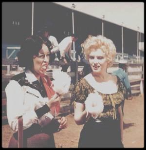 """1956 / INSTANTANES DU TOURNAGE DU FILM """"BUS STOP"""" / Marilyn lors du tournage du film """"Bus stop"""", aux côtés entre autres d'Eileen ECKHART, partenaire dans le film, de Buddy ADLER le Producteur ou encore de Milton GREENE le photographe ; Vingt-cinquième film de Marilyn, """"Arrêt d'autobus"""" n'a pas forcément la cote. Alors qu'elle est déjà une star en 1956 (elle a déjà tourné """"Les Hommes préfèrent les blondes"""" ou encore """"Rivière sans retour""""), """"Arrêt d'autobus"""" n'est pas l'un des titres les plus célèbres de la filmographie de l'actrice, et a longtemps bénéficié d'une mauvaise réputation alors qu'il fut nommé pour plusieurs prix à l'époque (notamment des prix d'interprétation pour Don MURRAY). Evidemment, """"Arrêt d'autobus"""" n'est pas le meilleur film de l'actrice. Il n'est ni le plus drôle, ni le plus finement réalisé. Malgré quelques beaux films (dont """"Picnic"""" et """"Sayonara""""), Joshua LOGAN n'est pas le réalisateur le plus inventif ou le plus raffiné d'Hollywood. Pourtant """"Arrêt d'autobus"""" ne mérite pas le fiel déversé contre lui. « Petit film », il est typique des années 50 américaines dans leur capacité à insuffler un fond intelligent à un délire farcesque réjouissant, tout en conservant bien sûr un happy-end aussi niais que désespérément moralisateur."""