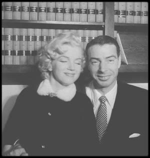 """14 Janvier 1954 / LE MARIAGE DE L'ANNEE / (PART II) Marilyn et Joe DiMAGGIO se disent oui à l'hôtel de ville de San Francisco. La cérémonie est brève. Des centaines de personnes dont beaucoup de journalistes les attendent. Le mariage d'une légende du base-ball et de la plus célèbre star de cinéma, c'est du scoop !!!  Cela fait deux ans maintenant que Joe DiMAGGIO fait la cour à Marilyn. C'est lui qui est à l'origine de leur rencontre. Selon la légende Joe apercevant une photo de Marilyn en compagnie de deux joueurs des """"Chicago White Sox"""", Joe DOBSON et Gus ZENIAL, voulut la rencontrer (voir article sur le blog). Marilyn hésita puis accepta. Joe fit une cour assidue à Marilyn qui ne tomba pas facilement amoureuse de lui mais elle craqua. Quand ils se rencontrèrent Joe prenait sa retraite après une carrière exemplaire telle qu'aujourd'hui encore il est l'une des plus grandes figures du base-ball ! Marilyn est aux portes de la gloire. Il a 37 ans, elle en a 25. Joe n'aimait pas l'univers d'Hollywood et encore moins que sa petite amie s'exhibe aux regards des autres. Marilyn, avant de rencontrer Joe, n'avait jamais assisté à un match de base-ball (impensable lorsque l'on pense que ce sport est le sport national). Elle se fait même une idée très précise du sportif de haut niveau : cheveux gominés, couleurs criardes, grande gueule. Joe est bien loin de cette image, elle fut très surprise, cela l'intrigua.  Malgré un amour très fort envers Marilyn, Joe n'aimait pas l'accompagner dans ses sorties mondaines hollywoodiennes, il est donc très rare de voir Marilyn à son bras mais parfois il est là comme à cette première de « Sept ans de réflexion »… en juin 1955 (voir article sur le blog). Ils n'étaient alors plus mariés. Joe sera aussi présent sur le tournage de « River of no return » au mois d'août lorsque Marilyn se blessa lors du tournage en extérieur au Canada (voir article sur le blog). Il accourut. C'est à ce moment là qu'un photographe du nom de John VACHON qui réalise"""