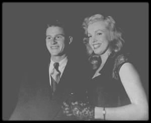"""1948 / Marilyn starlette et Roddy McDOWALL, jeune premier, tout les deux à peu près du même âge (Marilyn née en 1926 et Roddy en 1928) se rendant au """"Rickett's Night Club"""", à Hollywood."""